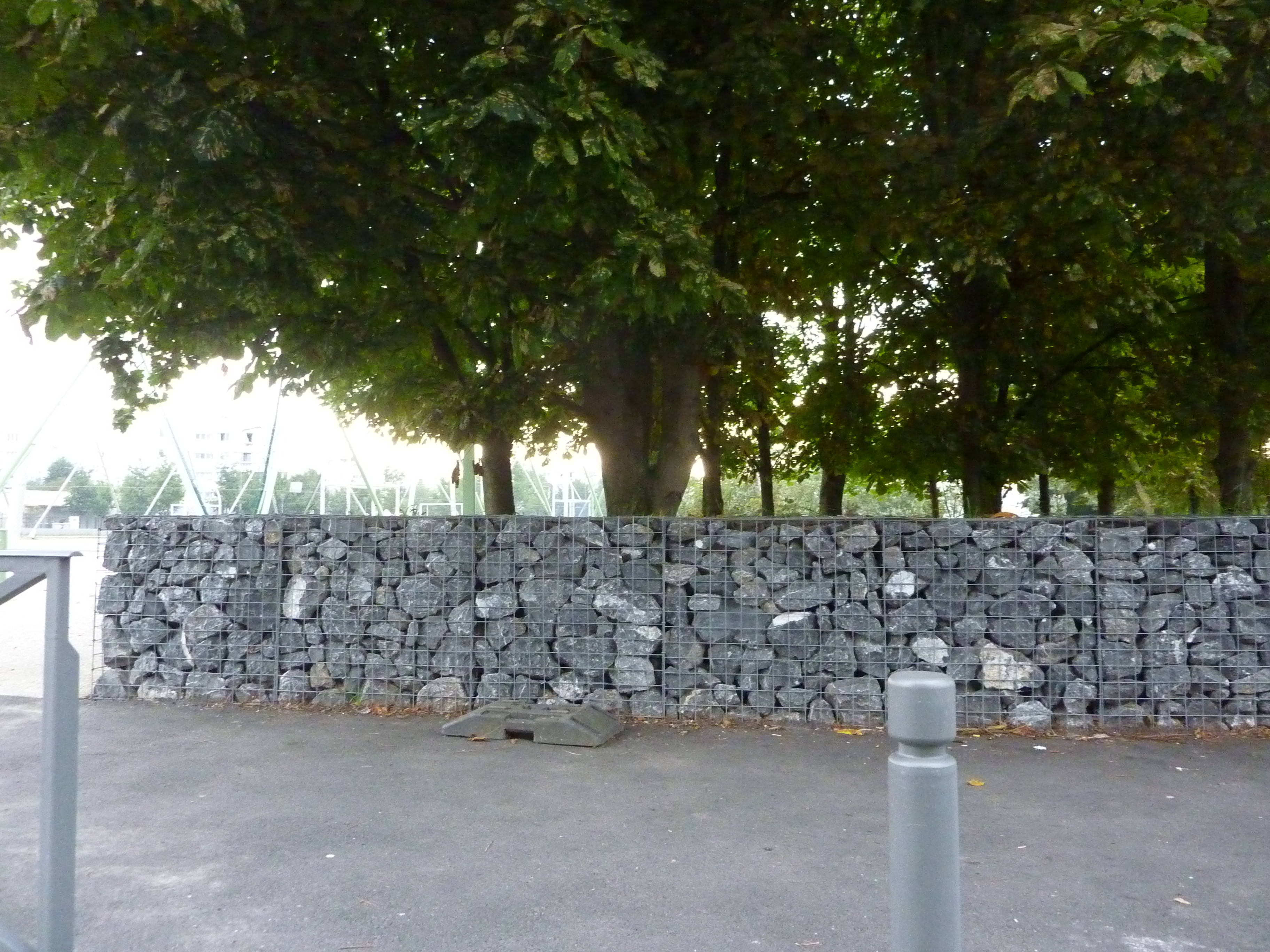 un mur en gabion dans le nord de la ville d aulnay sous bois aulnaycap. Black Bedroom Furniture Sets. Home Design Ideas