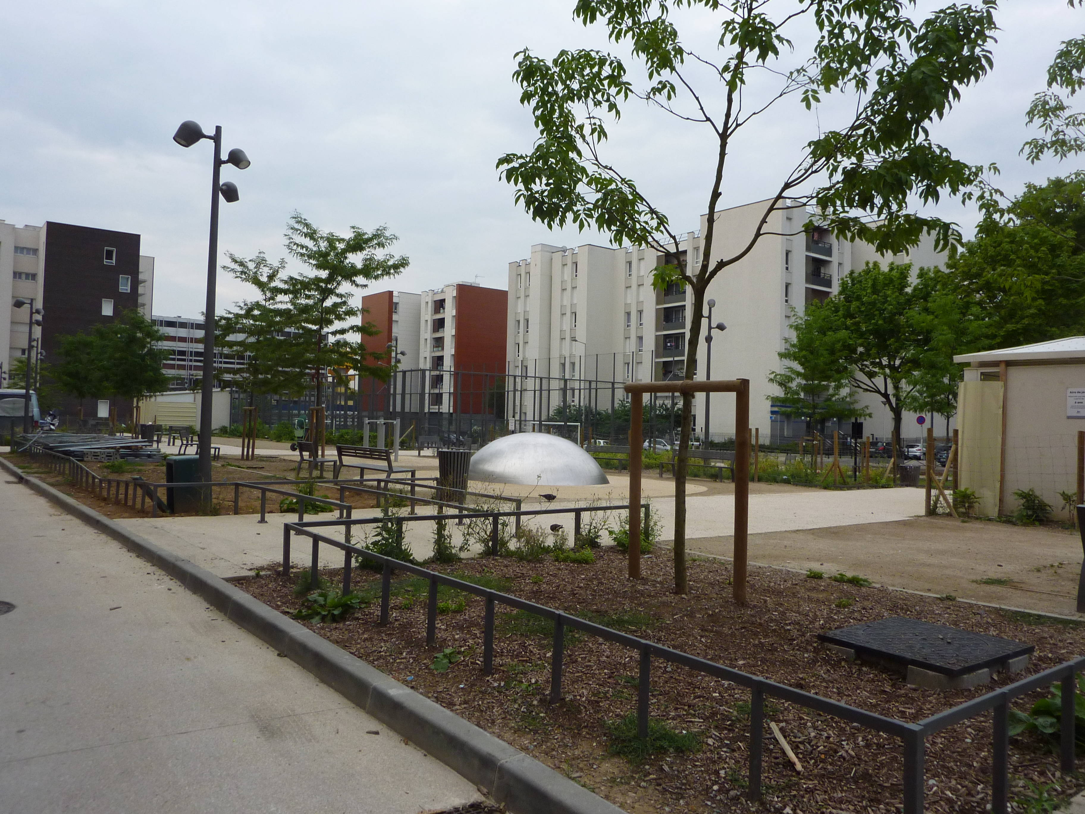 Exemple de mobilier urbain dans le quartier de la rose des - Mobilier jardin but aulnay sous bois ...